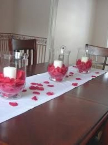 Dining table decor for dinner with a partner on valentine's day 29
