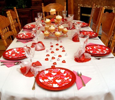 Dining table decor for dinner with a partner on valentine's day 32
