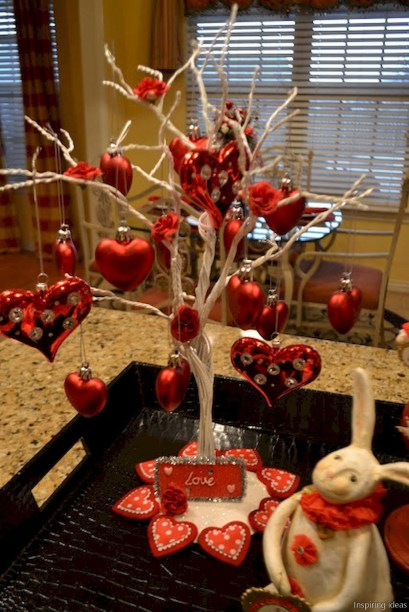 Dining table decor for dinner with a partner on valentine's day 37