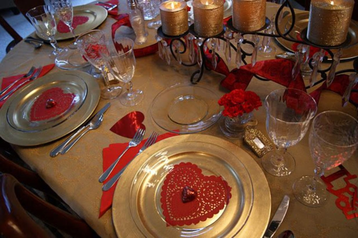 Dining table decor for dinner with a partner on valentine's day 38