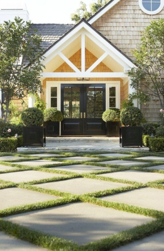 Garden exterior design ideas using grass that make your home more fresh 43