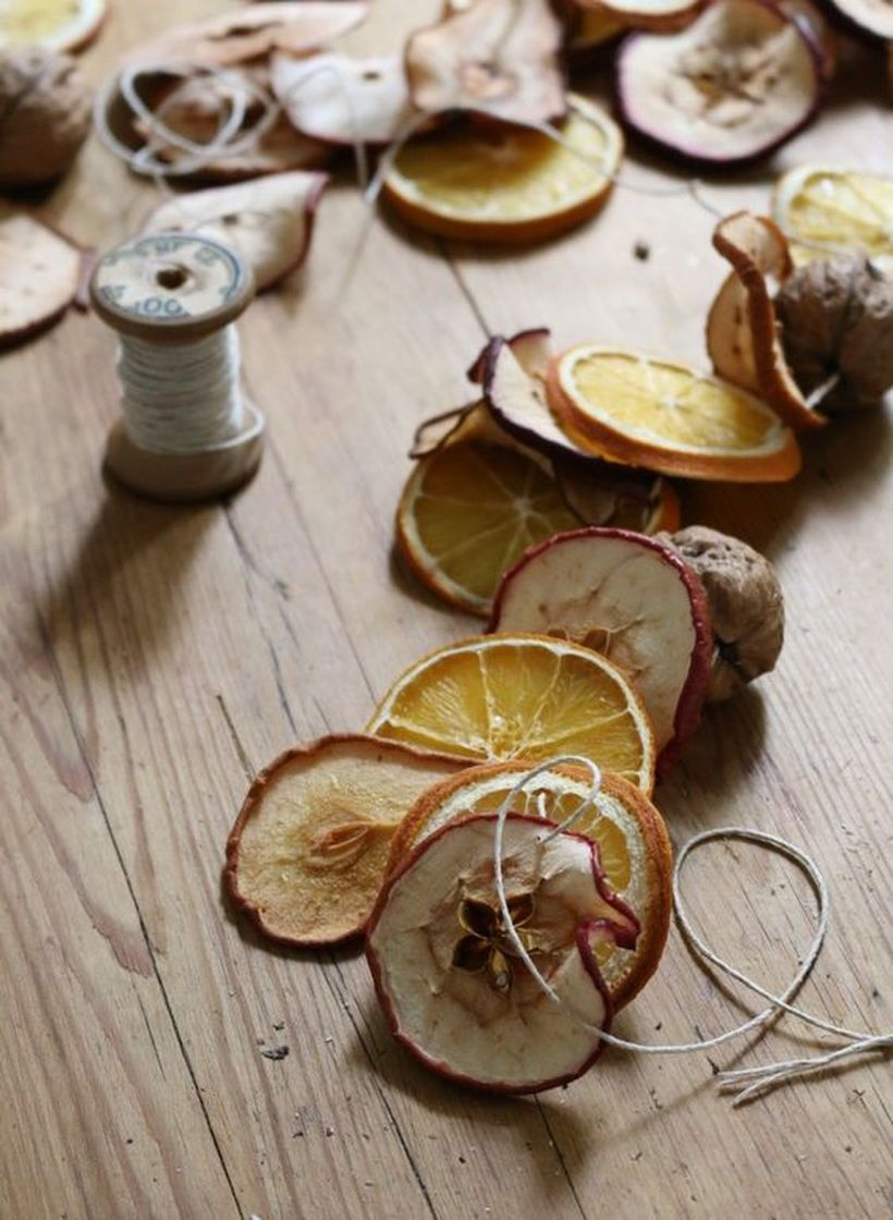 An impressive natural ornament elements for summer with a dried fruit garland that make your home look beauty
