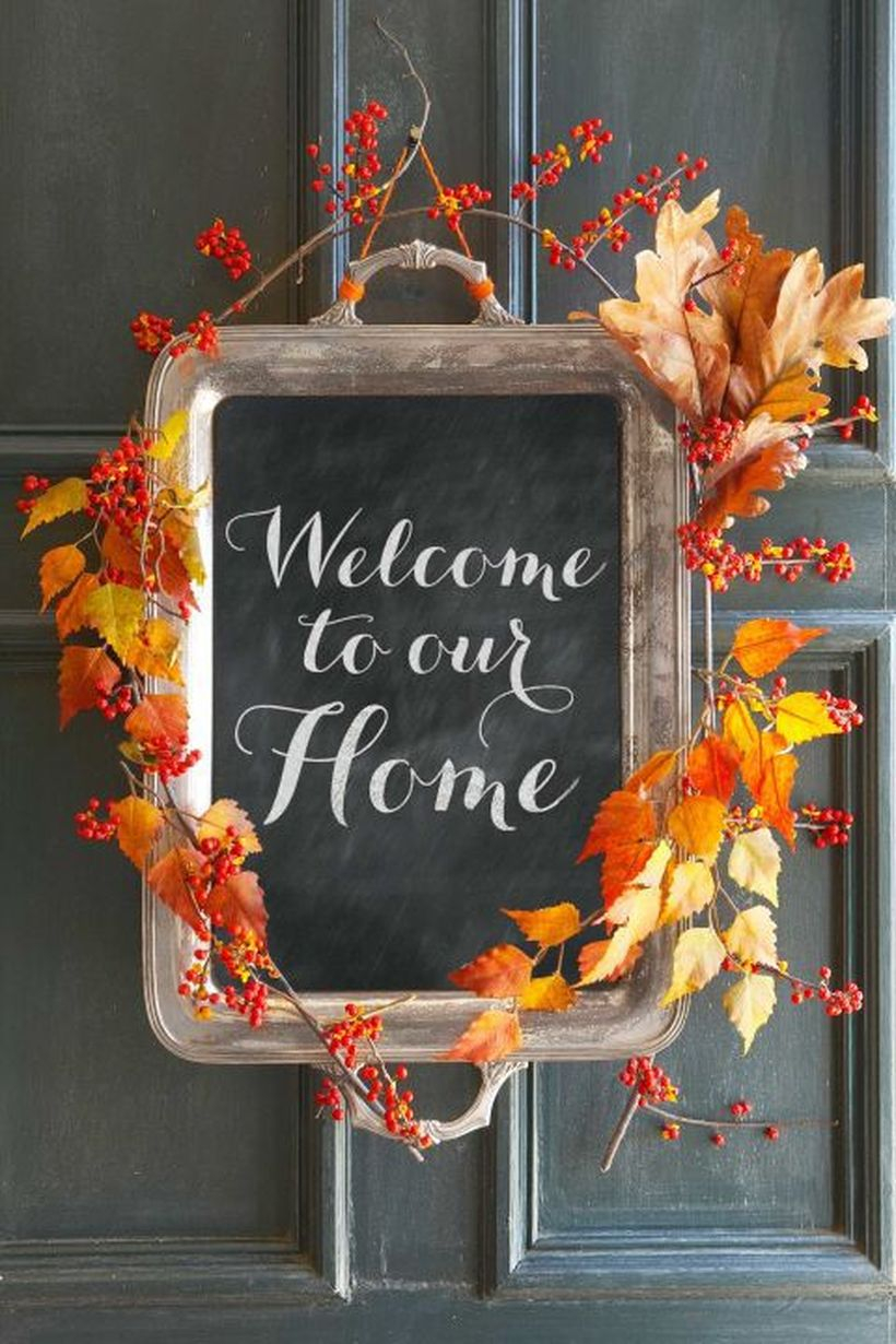 An amazing dry leaves garlands with autumn welcome sign to welcome guests