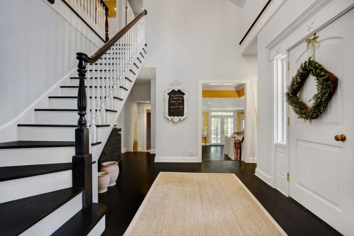 An amazing off white color for entryway to make more beauty