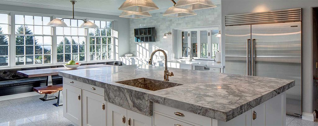 An amazing hanging lamps combined with granite countertops to perfect your modern kitchen