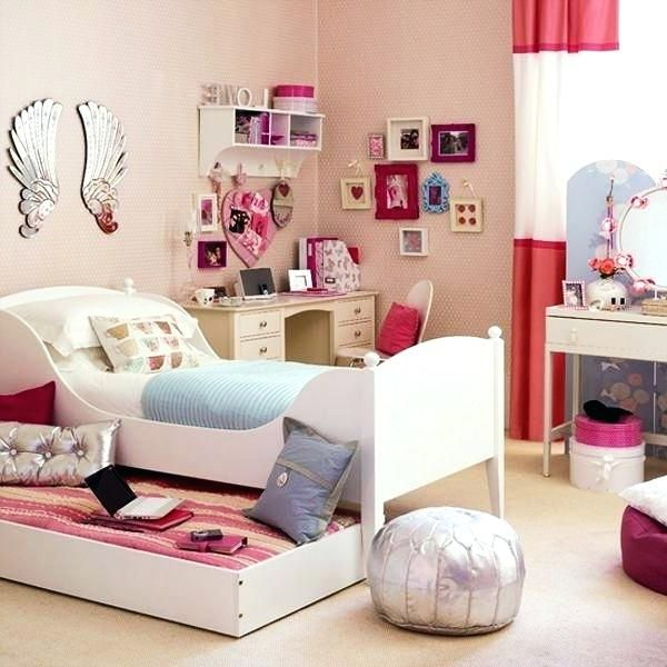 An awesome bedroom design with cute frame wall art to perfect teen girl bedroom