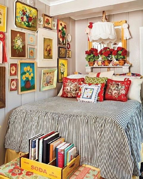 An awesome wall gallery to perfect your bedroom