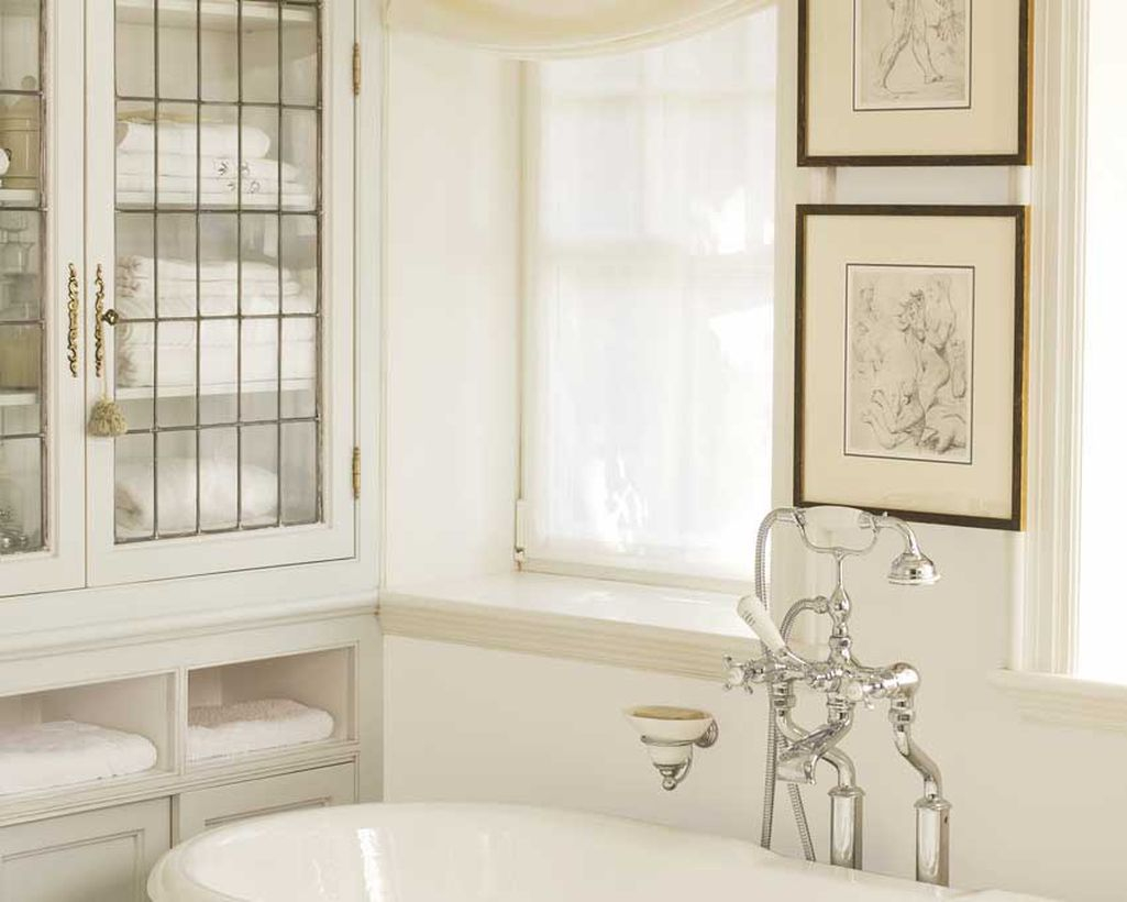 Beautiful off white color for entryway bathroom to make more comfortable