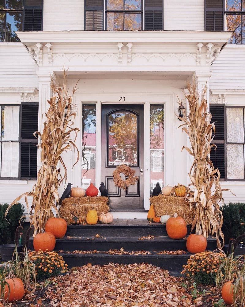 Cozy porch decoration ideas to match any home styles this fall 20