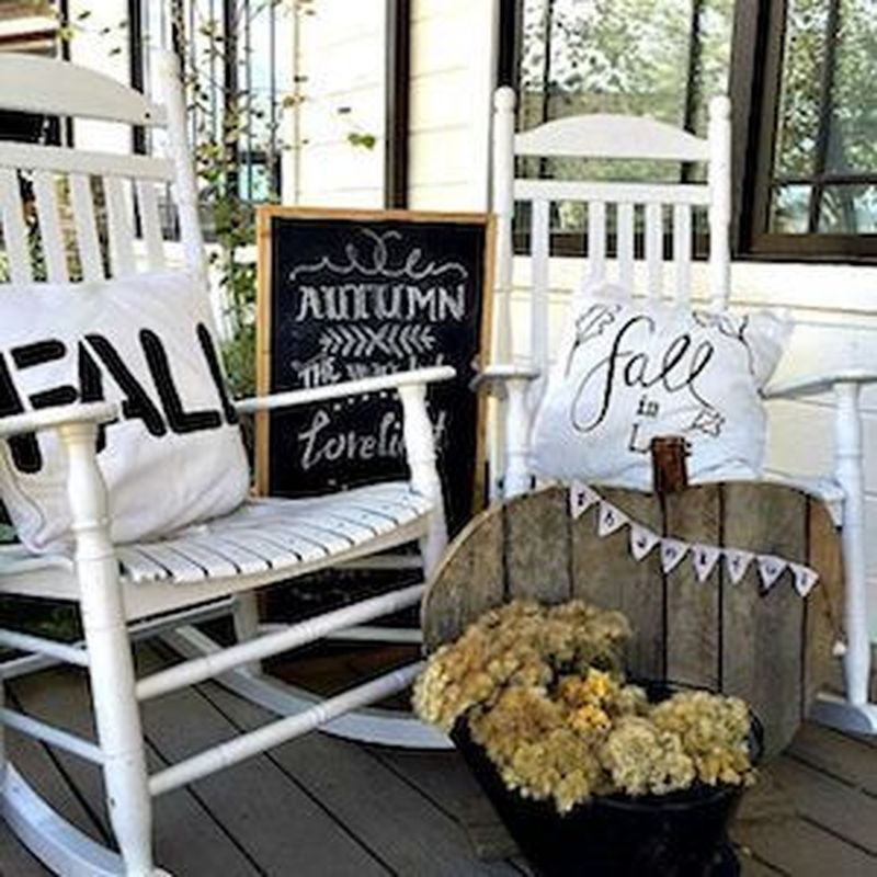 Cozy porch decoration ideas to match any home styles this fall 32