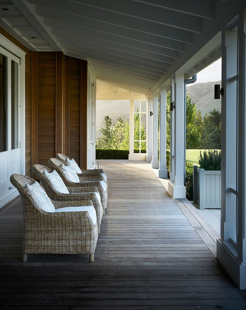 Gorgeous farmhouse porch furniture with rattan chairs to decorate your front yard