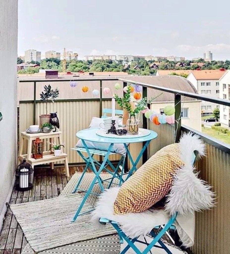 Blue chairs and blue table to beautify your small balcony