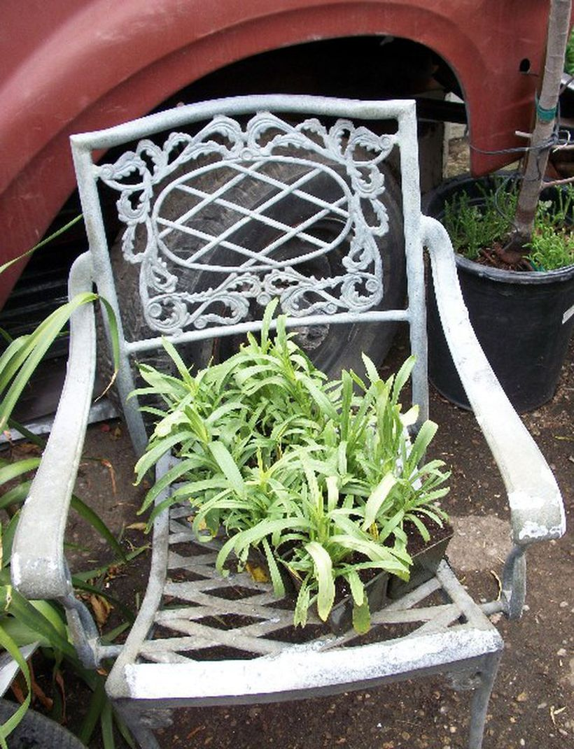 Vintage-outdoor-furniture-with-white-iron-chair-can-also-put-plants-for-decoration