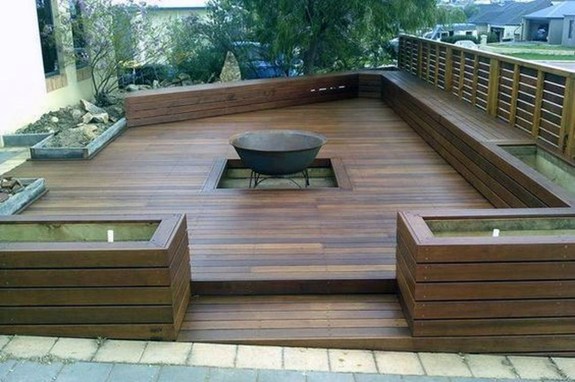 Backyard-patio-deck-design-with-a-simple-fire-pit-that-made-of-used-cans-you-can-try