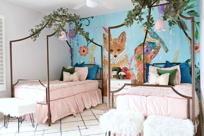 Brown-wolf-mural-and-canopy-bedframes-for-kids-room.