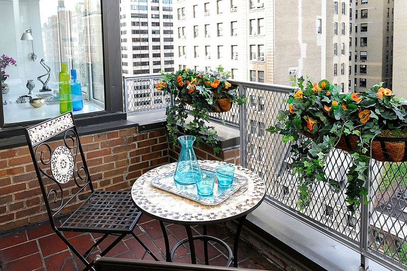 Decorative-plants-with-dash-of-timeless-nyc-charm-for-the-tiny-balcony-next-to-the-bedroom-you.