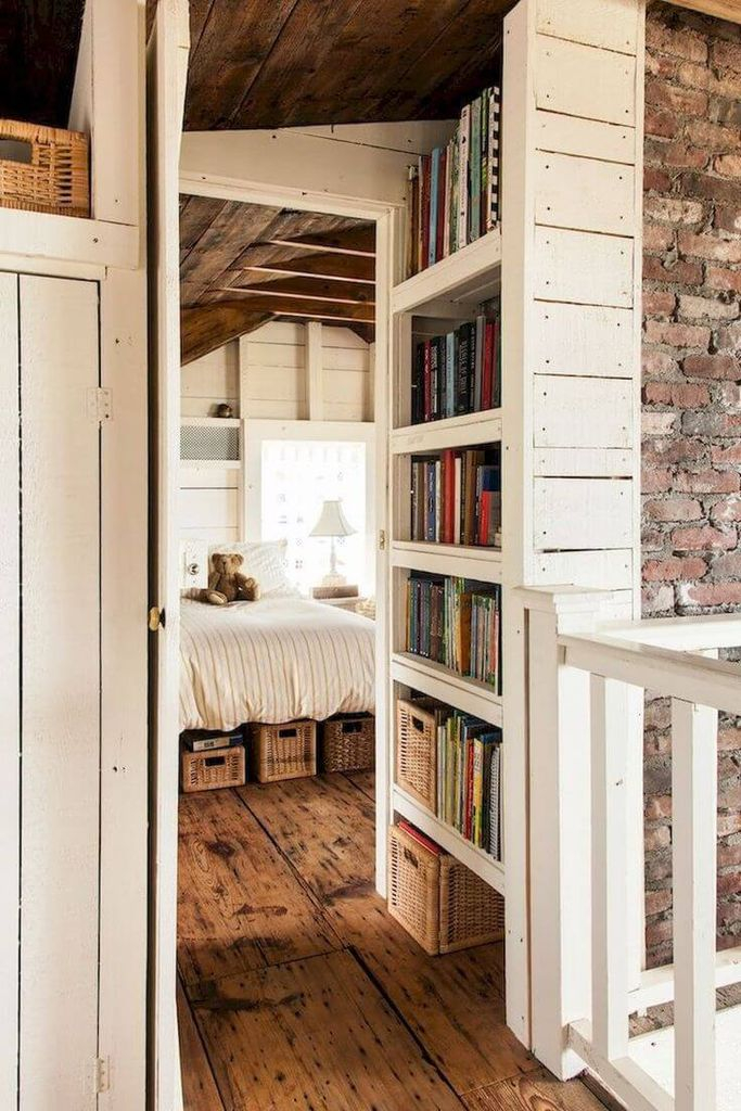 Floor with old wood to perfect your farmhouse bedroom
