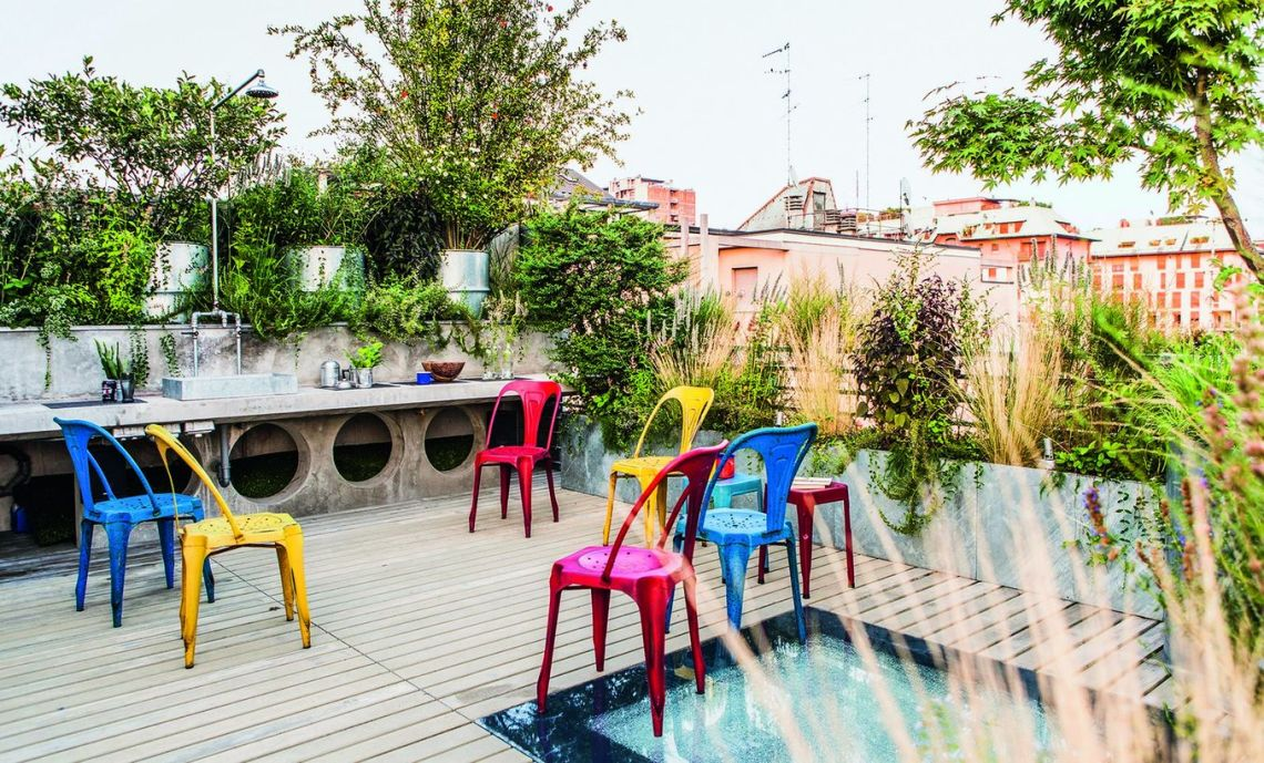 Rooftop-design-that-uses-wood-floors-with-greenery-on-the-bed-garden-to-create-a-cool-atmosphere