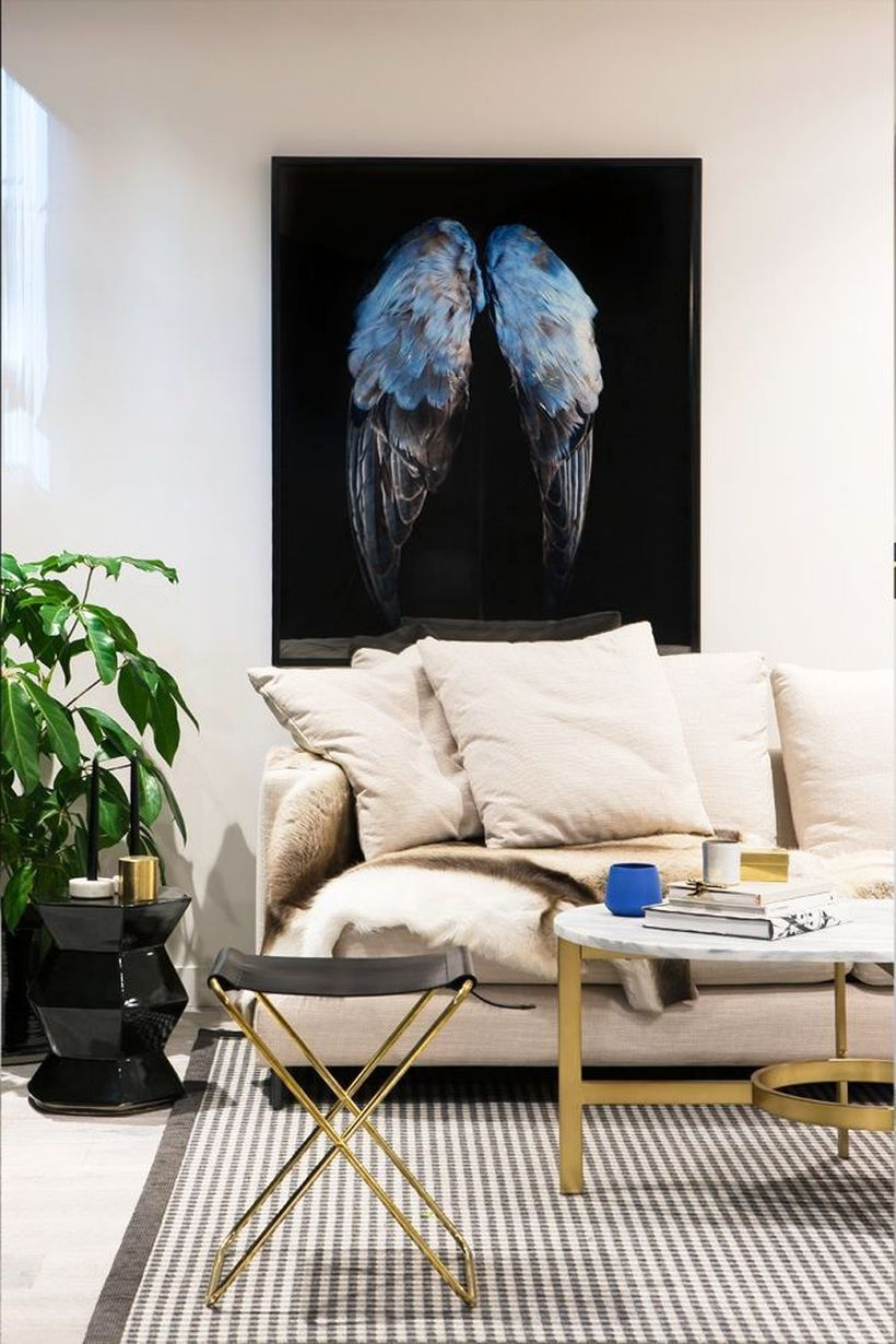 Simple-living-room-design-with-white-sofas-round-iron-coffee-tables-and-indoor-plants-to-create-create-a-cool-atmosphere-in-the-small-space