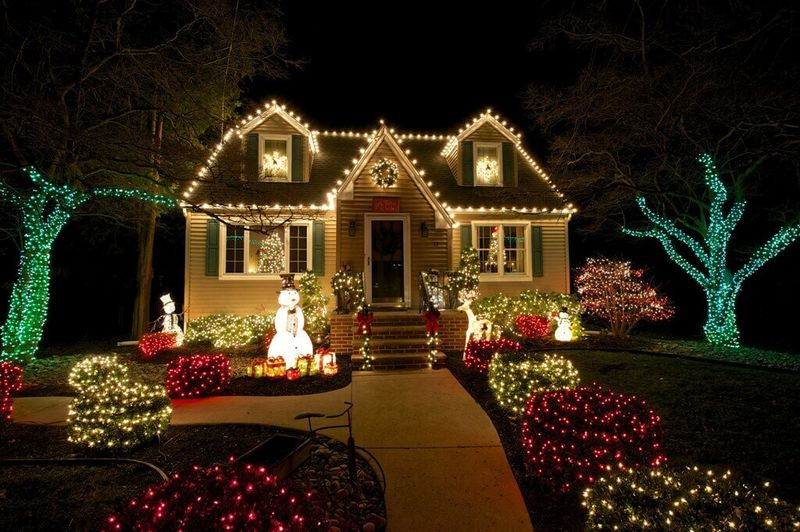 Traditional-lights-decoration-for-front-yard.