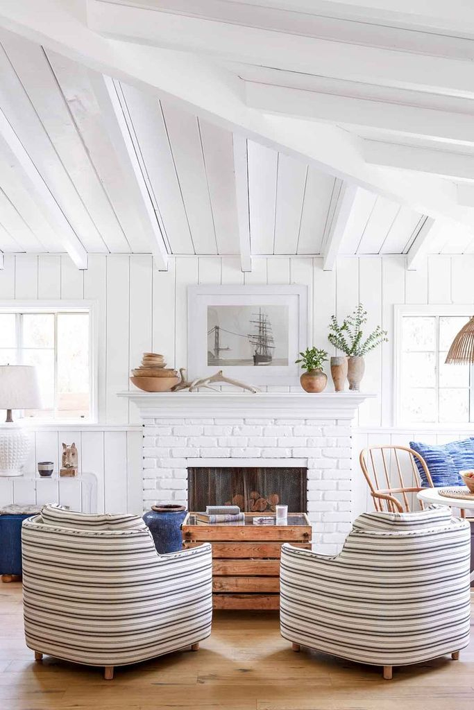 White ceiling to complete your living room design