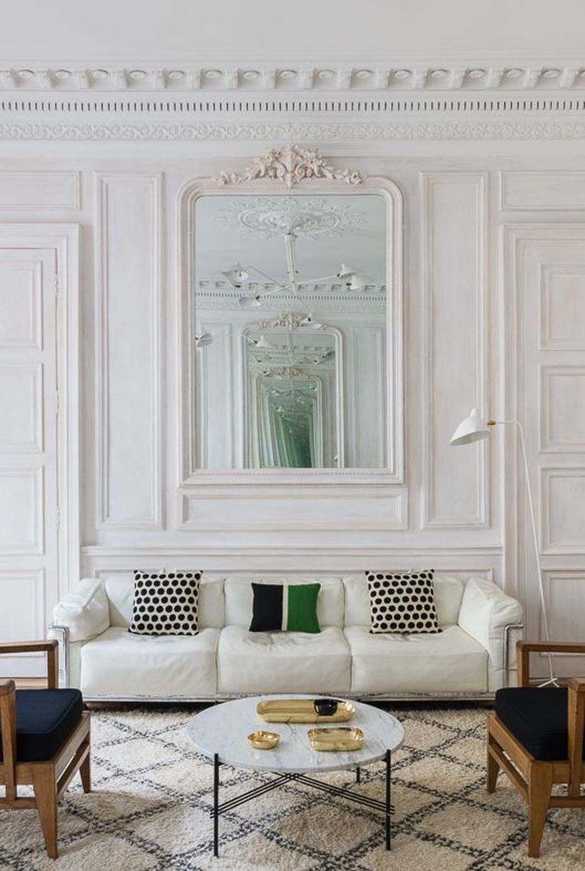 Small black round motif in the white cushion
