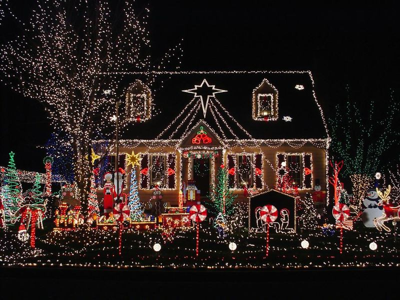 Windows-and-yard-were-outlined-in-classic-white-lights-and-topped-with-an-extra-large-star.