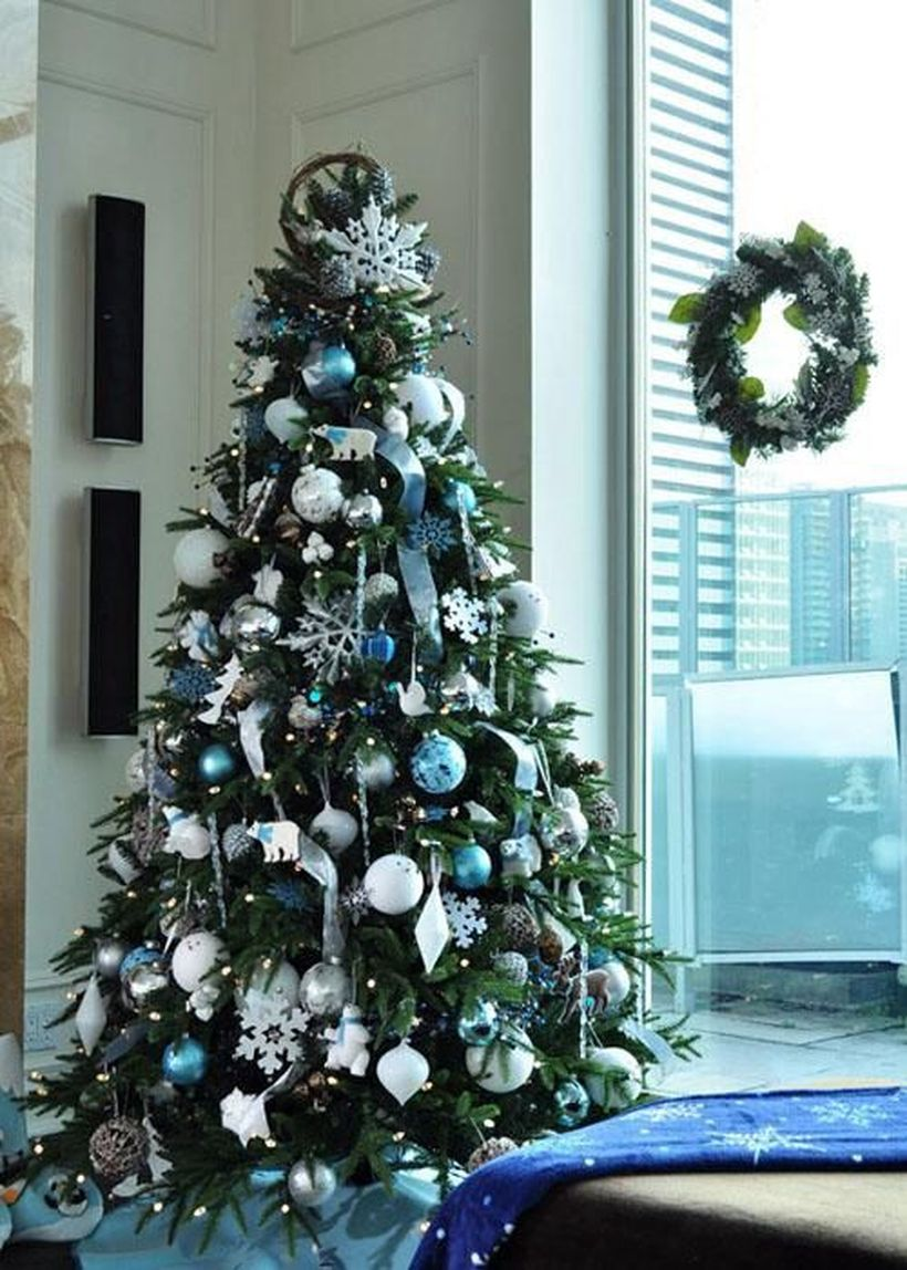 11-blue-white-and-silver-christmas-tree-decor