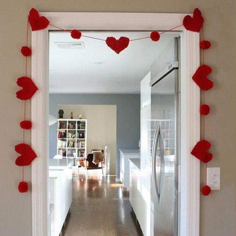 Felt-heart-garland-around-the-door-1
