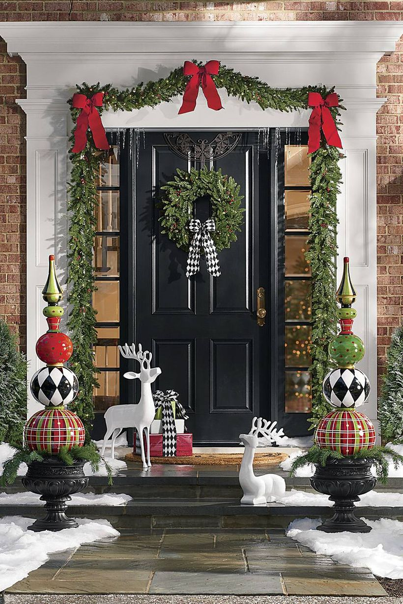 Christmas-front-door-red-and-black-decor-1