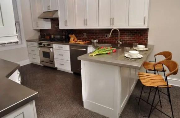 2-kitchen-breakfast-bar-peninsula-moriarty-interiors-via-houzz