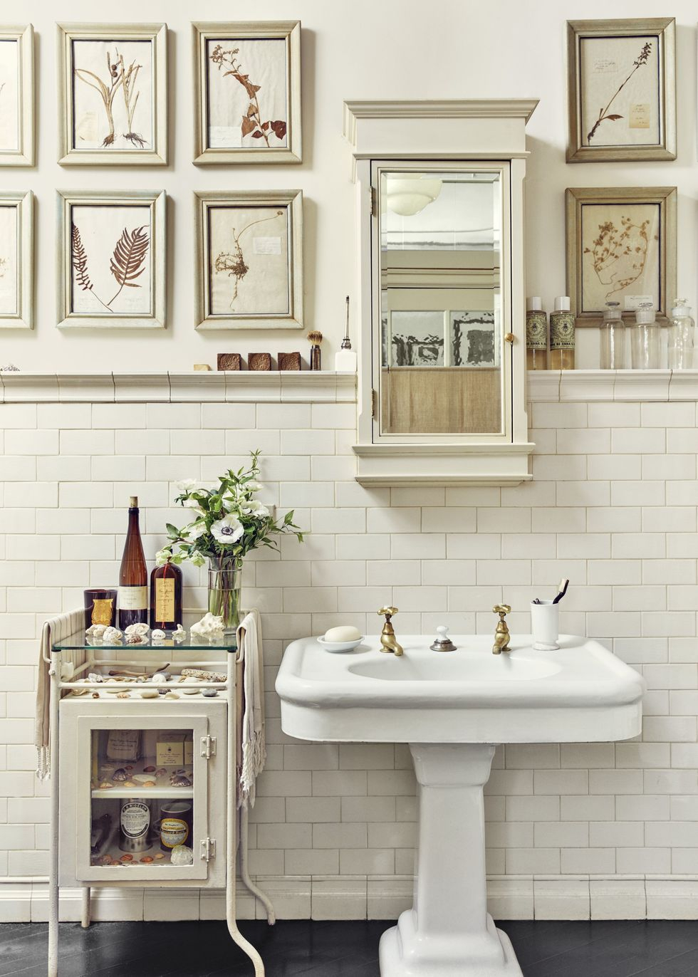 Warm neutral washroom Vitalizing Half Bathroom Ideas That Refreshing Your Half Space In A Right Way