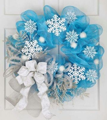 1-diy-christmas-wreath-ideas-deco-mesh-wreath-blue-mesh-white-snowflakes