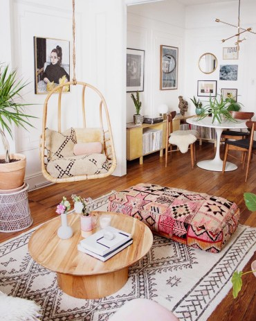 Boho-swingasan-in-bohemian-living-room-with-hanging-chair-via-@reserve_home