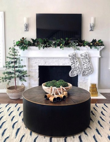 Christmas-mantel-with-tv-via-@theheartandhaven
