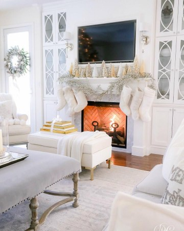 Silver-and-white-christmas-mantel-via-@randigarrettdesign