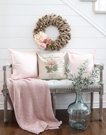 Spring-home-decorations-at-the-entryway-via-@willowbloomhome