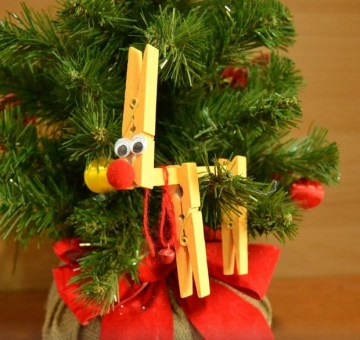 Christmas-ornaments-clothespins-handmade-reindeer-googly-eyes-tree-decor-idea