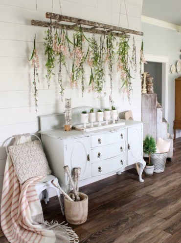 09-mugs-with-spring-bulbs-and-an-old-ladder-with-blooms-hanging-down-for-a-romantic-feel