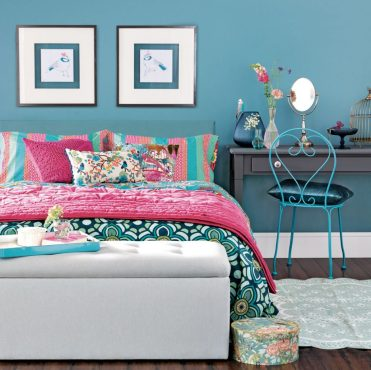 Bright-floral-bedroom-with-teal-walls-920x920-1