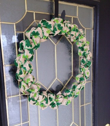 Shamrock-burlap-wreath-by-how-to-make-a-burlap-wreath