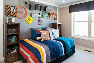 Signs-on-the-wall-and-orange-bicycle-wheels-used-to-decorate-kids-room