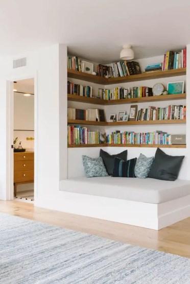 Un angolo-di-accoglienza-con-mensole-incorporate-e-un-comodo-divano-letto-è-uno-spazio-fresco-per-trascorrere-un-tempo-lettura-e-relax-3
