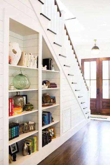 Scaffali aperti incorporati sotto le scale sono piacevoli per avere più spazio di archiviazione senza sacrificare lo spazio sul pavimento