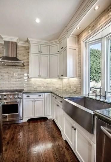 07-pavimenti-in-legno-dai-colori-ricchi-e-armadi-in-legno-bianchi-sono-una-combinazione-cucina-chic-e-classica