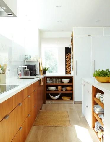 28-stanze-in-legno-bianche-cucina-con-deposito-legname