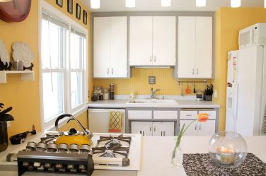 Yellow-and-white-kitchen-works-well-in-all-seasons