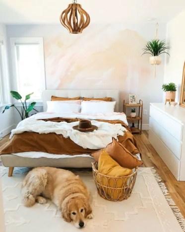 Una-piccola-moderna-camera-da-letto-con-un-muro-acquerello-un-elegante-comò-bianco-un-letto-imbottito-e-una-lampada-in legno-piante in vaso
