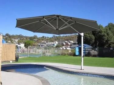 Canteliver-umbrellas-pool-shade-ideas-patio-design-outdoor-swimming-pool-ideas