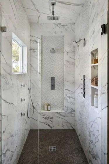 03-cabina-doccia-in-marmo-con-un-piano-diverso-e-mensole-incassate